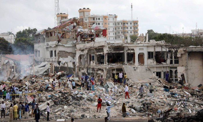 x72238094_Somali-government-forces-and-civilians-gather-at-the-scene-of-an-explosion-in-KM4-stree.jpg.pagespeed.ic.uIw8DduVLX